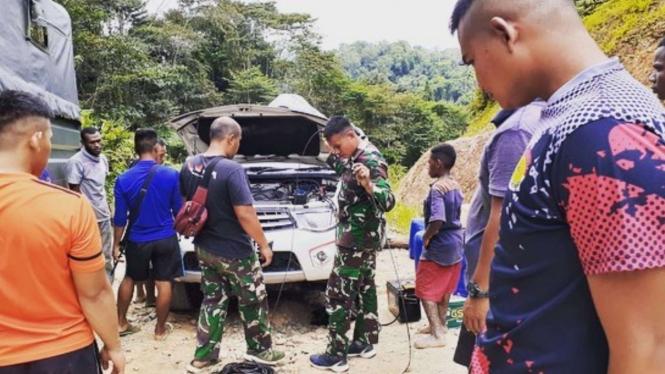VIVA Militer: Satgas Pamtas Yonif 312/Kala Hitam Bantu Perbaiki Mobil di Papua