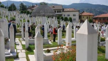 https://thumb.viva.co.id/media/frontend/thumbs3/2020/09/16/5f61d4108332a-pembantaian-muslim-bosnia-diabadikan-dalam-film-dokumenter_375_211.jpg