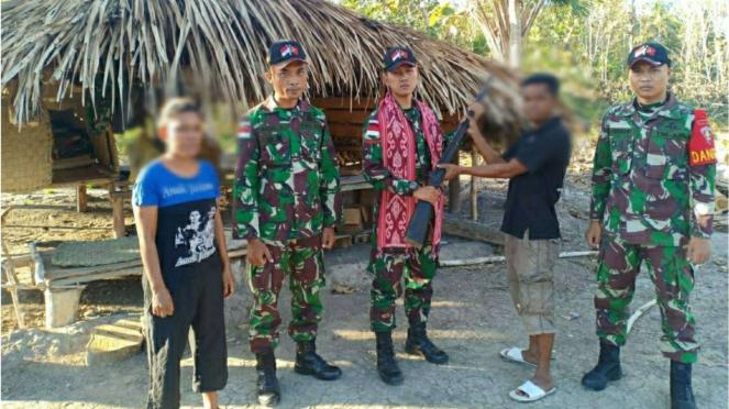 VIVA Militer: Prajurit Satgas Yonarmed 3/105 Tarik Terima Senjata dari Warga NTT