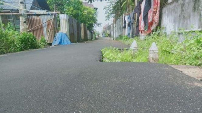 Penampakan sepasang makam di tengah jalan di Kabupaten Kubu Raya, Kalbar