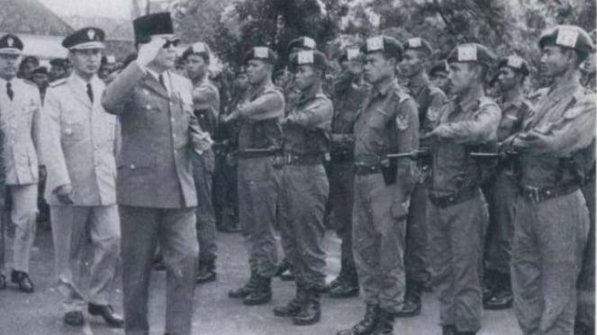 VIVA Militer: Presiden Soekarno di depan pasukan Indonesia