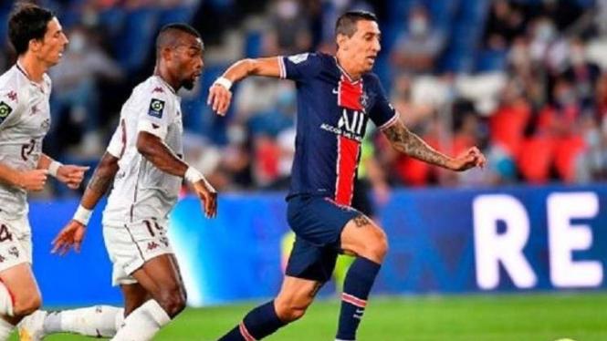 Pemain PSG, Angel Di Maria berduel dengan dua pemain Metz