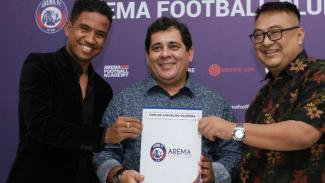 Ruddy Widodo (kanan) dan pelatih baru Arema Carlos Oliveira