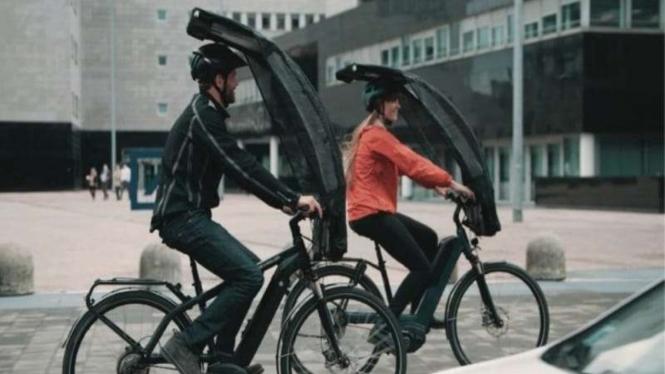 Payung untuk membantu pesepeda saat gowes di kondisi hujan maupun panas terik