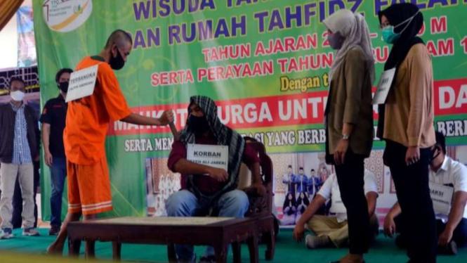 Tersangka Alpin Adrian memperagakan reka ulang kasus penikaman Syekh Ali Jaber