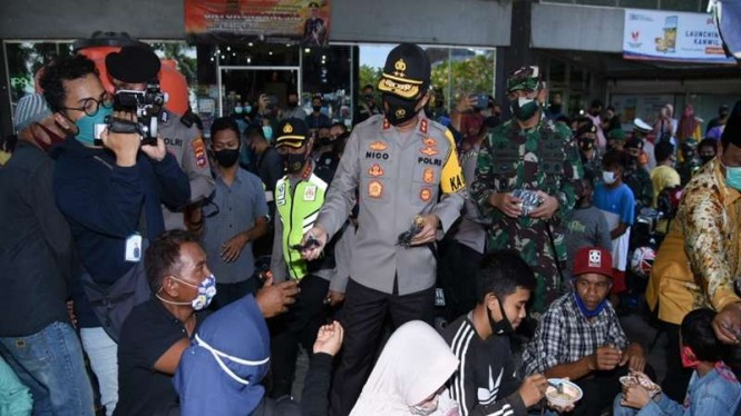 Kapolda Kalsel Irjen Nico Afinta memberikan masker ke warga