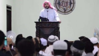 Syekh Ali Jaber memberikan tauziah kepada jemaah di Masjid Khadijah, Kota Malang