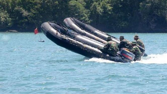 VIVA Militer: Aksi slalom rubber boat Marinir TNI