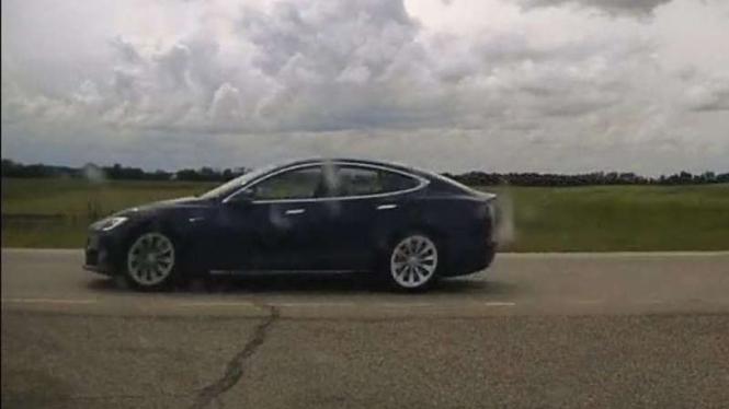 Pengemudi Tesla Model S tertidur saat berkendara