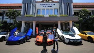 Wali Kota Surabaya Tri Rismaharini dengan 8 mobil mewah.