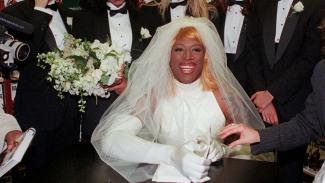 Dennis Rodman saat nikahi diri sendiri