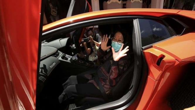 Wali Kota Surabaya Tri Rismaharini saat diajak menjajal mobil Lamborghini
