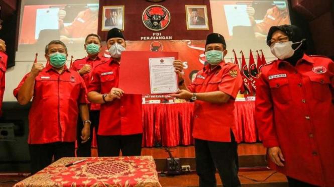 Bakal calon wali kota-wakil wali kota Surabaya Eri Cahyadi-Armudji meneken komitmen politik dan pemerintahan di kantor PDIP Jawa Timur, Surabaya, pada Minggu, 20 September 2020.