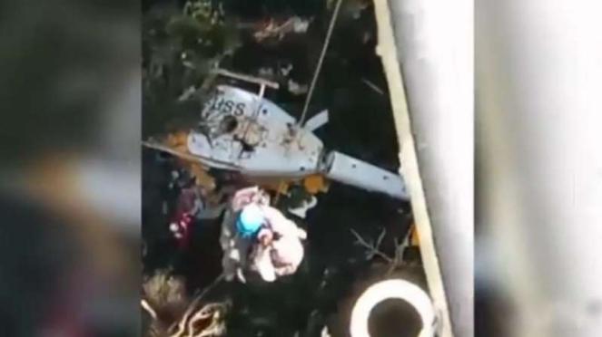 VIVA Militer: TNI evakuasi 3 helikopter bell dari rimba Papua.