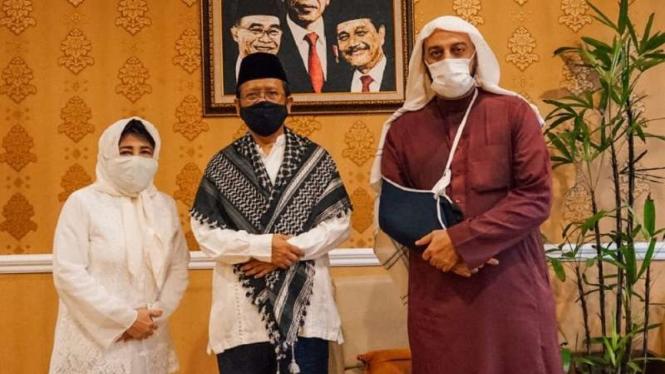 Penceramah kondang Syekh Ali Jaber (kanan) berkunjung ke rumah Menteri Koordinator Bidang Politik, Hukum dan Keamanan Mahfud Md di Jakarta pada Minggu sore, 20 September 2020.
