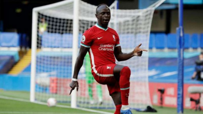 Winger Liverpool, Sadio Mane rayakan gol.