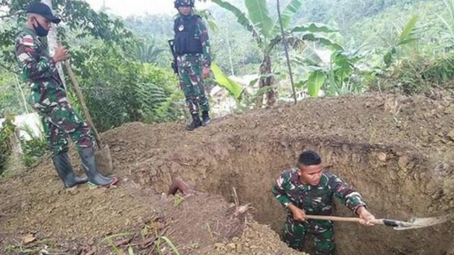 VIVA Militer: Pasukan Batalyon Infanteri Raider 100/PS gali makam.