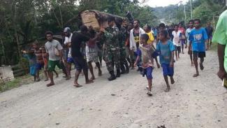 VIVA Militer: Pasukan Yonif Raider 100/PS gotong jenazah Pius Swo.