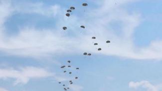 VIVA Militer: Pasukan Yonif Para Raider 502/UY Latihan Terjun Payung