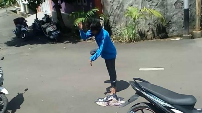 Wanita yang merusak masjid di Depok, Jawa Barat