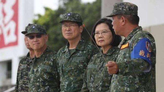 VIVA Militer : Presiden Taiwan Tsai Ing-wen bersama perwira tentara Taiwan