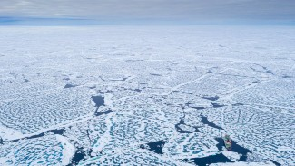 Lapisan es di Laut Arktik.