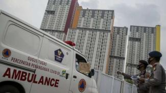 Petugas memeriksa berkas pasien COVID-19 saat tiba RS Darurat Wisma Atlet