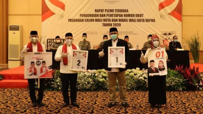 Dua pasang kandidat pilkada Kota Depok dalam forum pengundian nomor di gedung serba guna kawasan Raffles Hills, Cimanggis, Depok, Jawa Barat, pada Rabu, 24 September 2020.