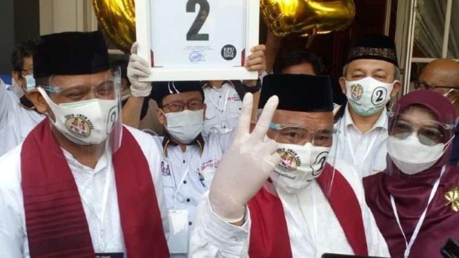 Calon petahana wali kota Depok, Mohammad Idris, bersama kandidat wakilnya, Imam Budi Hartono, usai pengundian nomor dan penetapan pasangan kandidat pilkada pada Kamis, 24 September 2020.