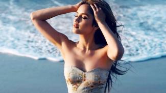 Pose sensual Cinta Laura Kiehl di pantai
