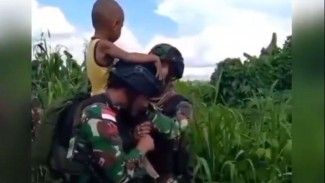 VIVA Militer: Anak Kecil Nangis Minta Gendong TNI