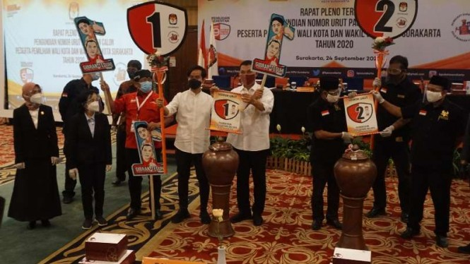 Dua pasang calon wali kota dan wakil wali kota Solo saat pengundian nomor dalam rapat pleno KPU di The Sunan Hotel Solo, Jawa Tengah, Kamis, 24 September 2020.