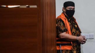 Tersangka korupsi proyek Dinas PUPR Lampung Selatan Hermansyah Hamidi dihadirkan saat konferensi pers usai menjalani pemeriksaan di gedung KPK, Kamis (24/9/2020).