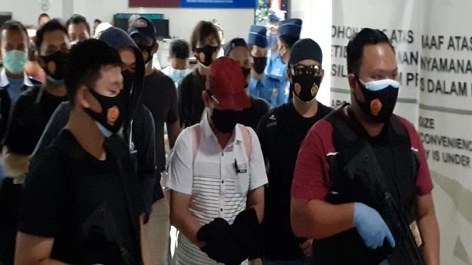Pelaku pencabulan rapid test di Bandara Soekarno-Hatta ditangkap (tengah).
