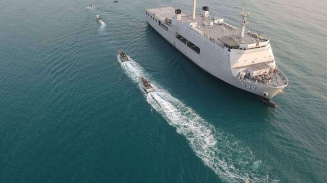 VIVA Militer: KRI Makassar 590 Laksanakan Latihan Manuver Lapangan