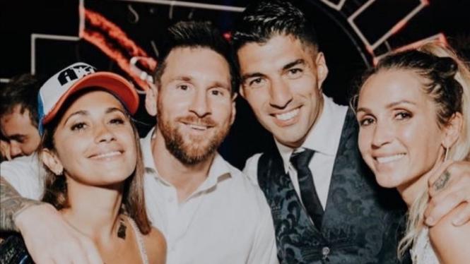 Keluarga Messi dan Suarez berfoto bersama.