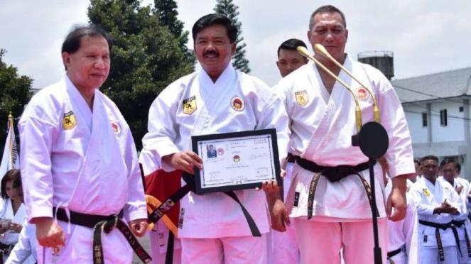 VIVA Militer: Laksda Ivan Yulivan beri sabuk kehormatan pada Panglima TNI.