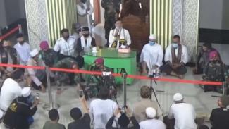 VIVA Militer: Prajurit Marinir TNI menjaga Ustaz Abdul Somad ceramah di Lampung.
