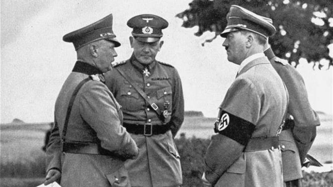 VIVA Militer: Jenderal Werner von Fritsch (kiri) bersama Adolf Hitler (kanan)
