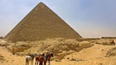 https://thumb.viva.co.id/media/frontend/thumbs3/2020/09/27/5f6fcecbcf411-sepuluh-hal-tentang-orang-mesir-kuno-yang-bisa-kita-pelajari-dari-piramida_375_211.jpg