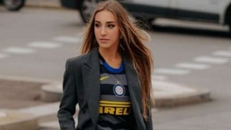 Jersey Inter Milan diperagakan model Ginevra Mavilla.