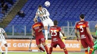 Cristiano Ronaldo mencetak gol ke gawang AS Roma