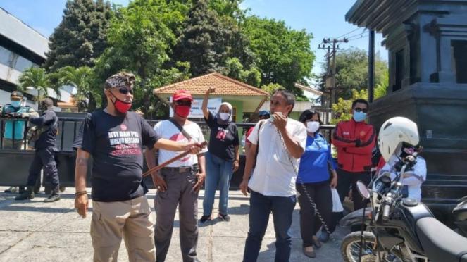Massa pengadang peserta silaturrahim KAMI di Surabaya.