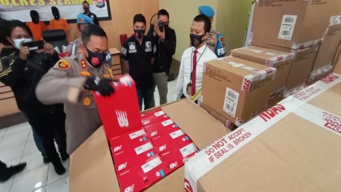 Polisi mengamankan ribuan pasang sepatu New Balance yang dibawa kabur sopir truk