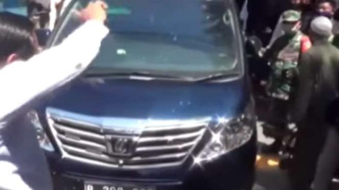VIVA Militer: Prajurit TNI kawal Gatot saat diusir arek Suroboyo.
