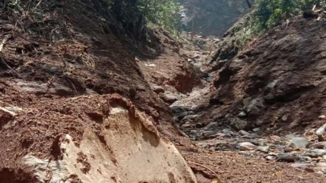 Tanah longsor akibat hujan deras menyebabkan Gunung Salak nampak terbelah