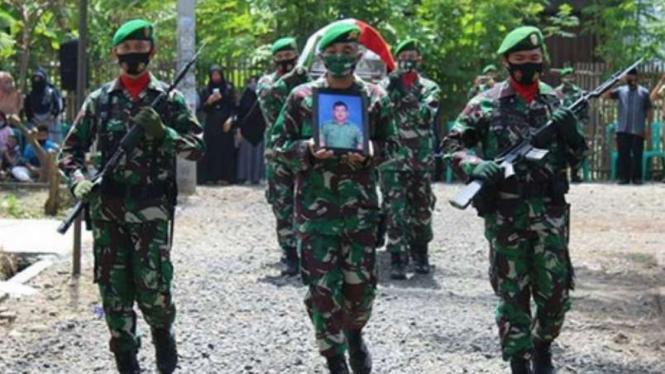 VIVA Militer: Pemakaman Serda Gesit Kalimantoro.