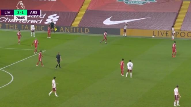 Kesalahan bek Arsenal, Hector Bellerin, saat melakukan lemparan ke dalam