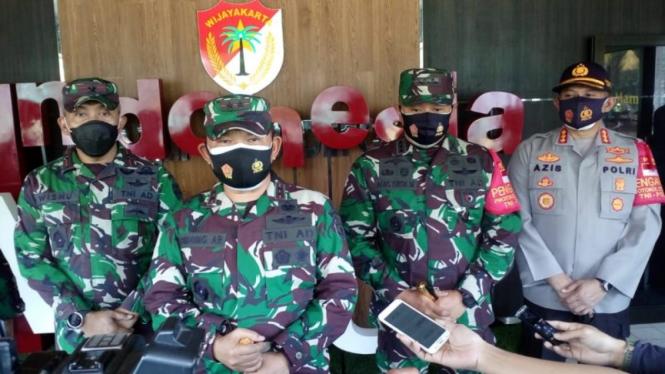 Pangdam Jaya, Mayjen TNI Dudung Abdurachman (tengah)