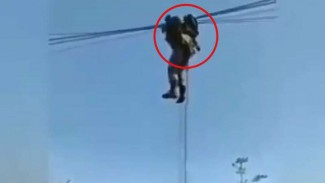 VIVA Militer: Prajurit TNI tersangkut di kabel listrik.